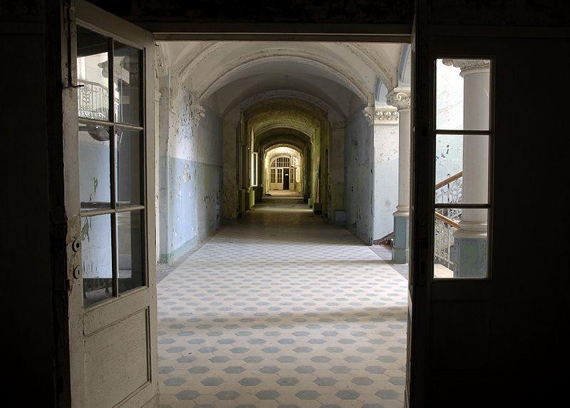 800px-Beelitz_Sanatorium_interior1