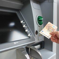 Cât costă să scoți bani de la bancomat în străinătate